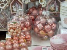 Karácsonyi díszgömbök dobozban