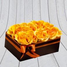 Rózsadoboz narancssárga rózsákkal, barna dobozban